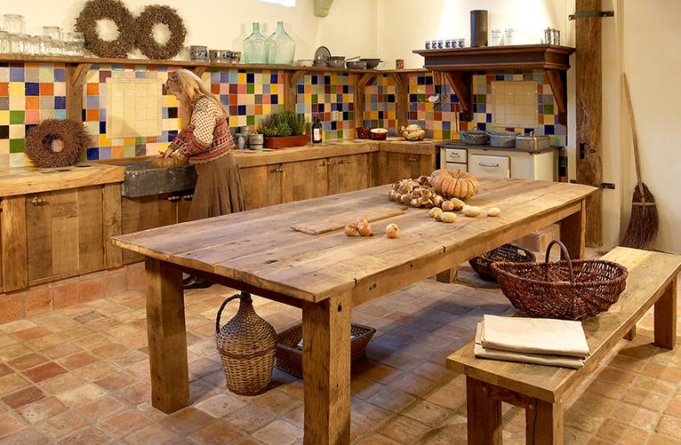 Oude eiken keuken met tafel en bankje
