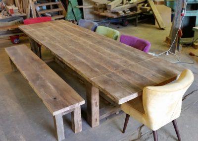 Oud eiken tafel met bijpassend bankje