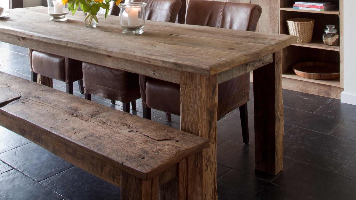 Oud eiken tafel met bijpassende bank