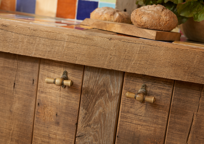 Oude eiken keukenkast