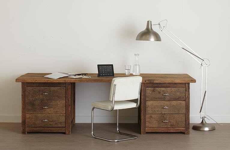 Oud eiken bureau met designlamp
