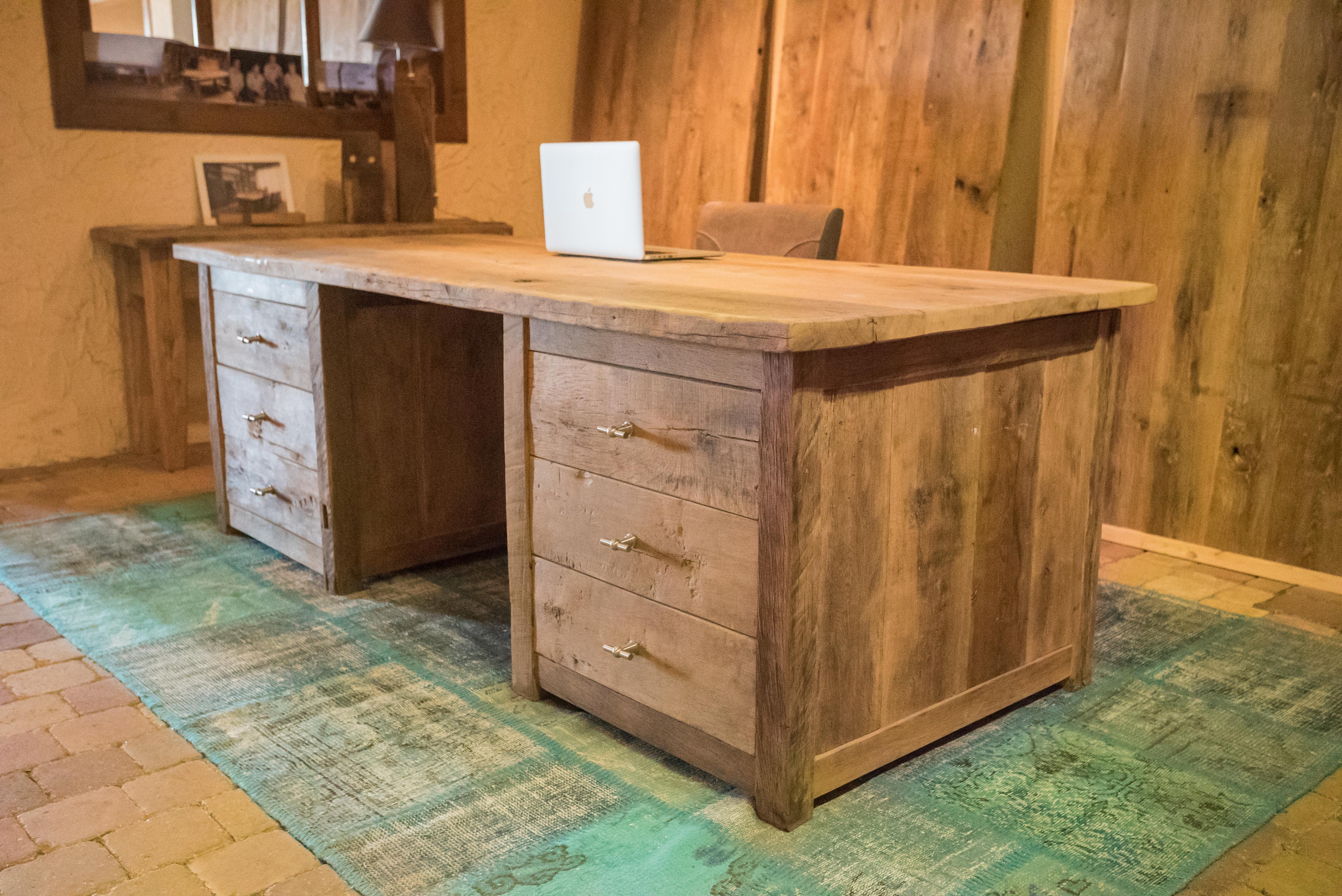 Oud eiken bureau met kleed