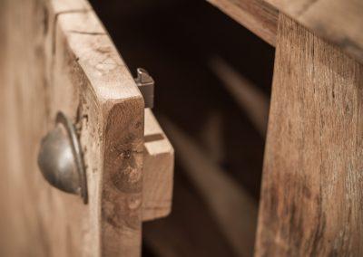 Details oud eiken kast