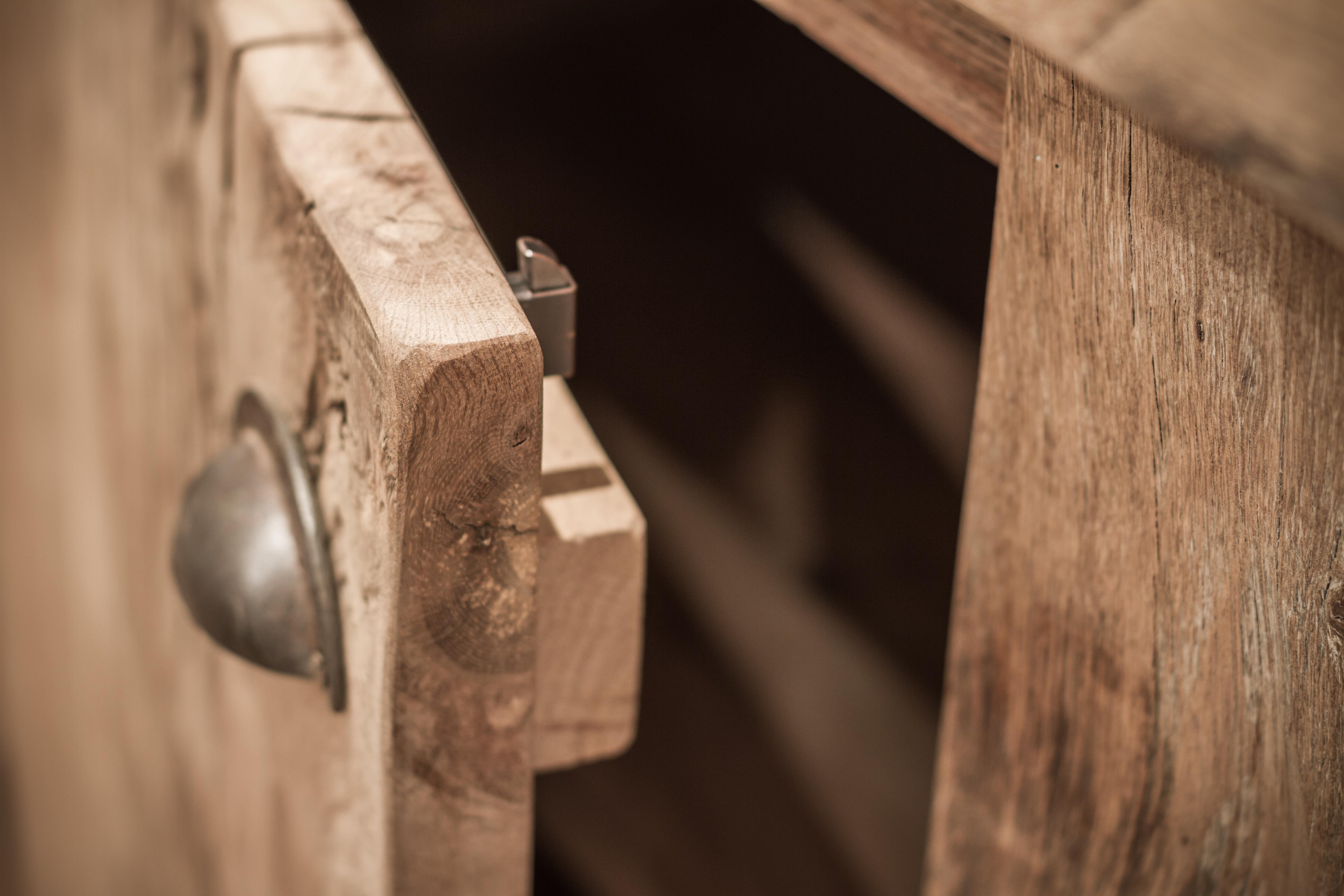 Oud eiken kastdeur