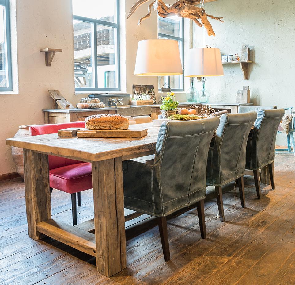 Oud eiken tafels met leren stoelen