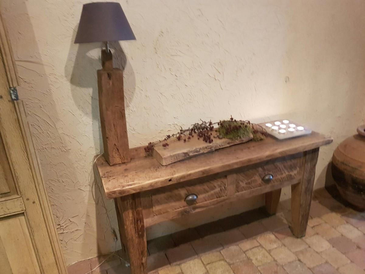 Oud eiken sidetable met oud eiken lamp