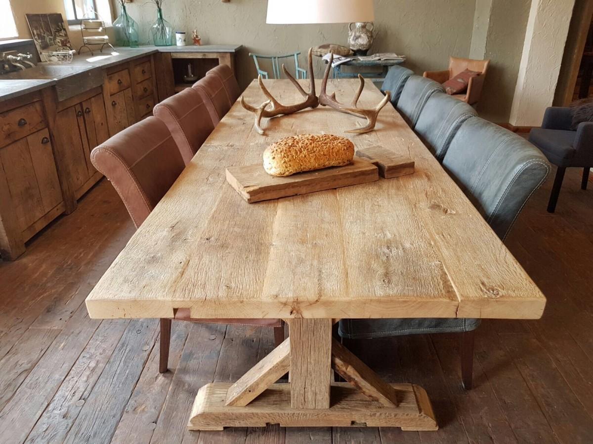 Oud eiken eettafel in keuken