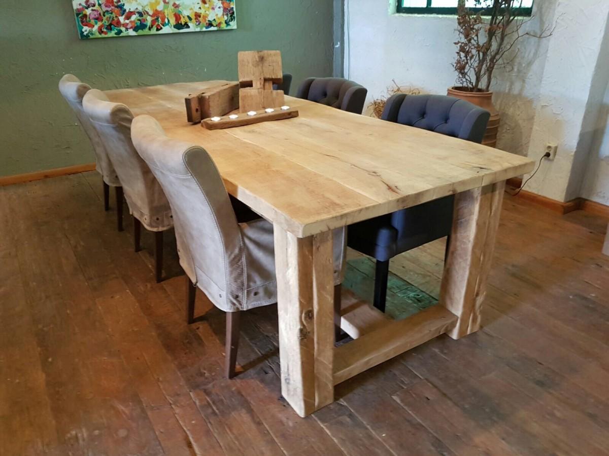 Oud eiken tafel vergrijsd