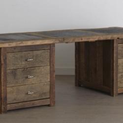 Oud eiken bureau met stenen en lades