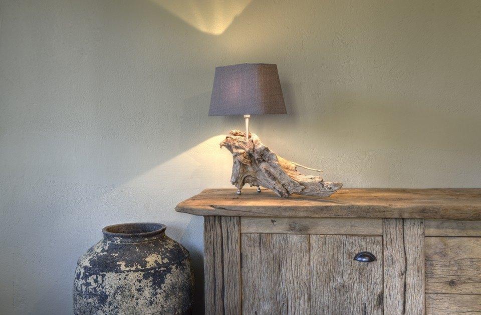 Sfeerlamp op oud eiken dressoir