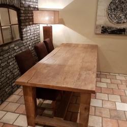 Oud eiken tafel met dwarsverbinding